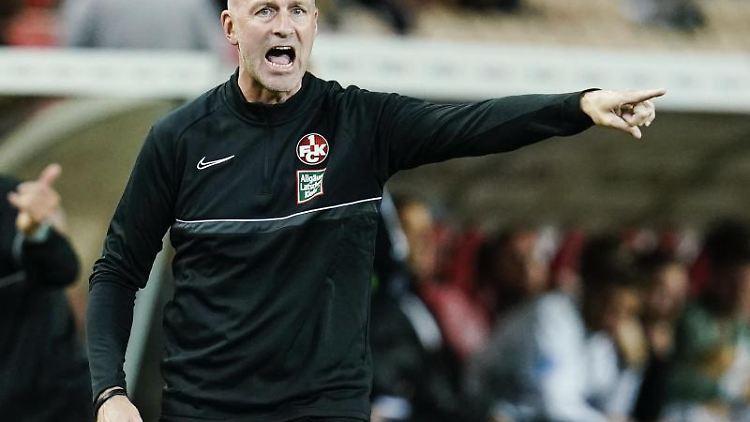 Kaiserslauterns Trainer Marco Antwerpen gestikuliert. Foto: Uwe Anspach/dpa