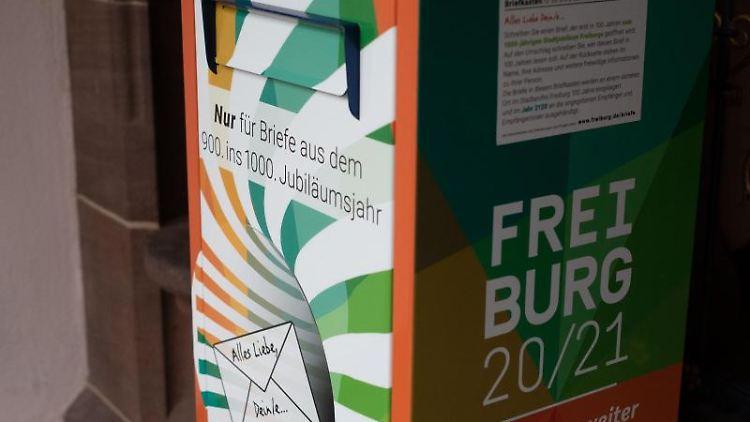 Ein Briefkasten, in den Freiburger Bürger Briefe an die Stadt Freiburg des Jahres 2120 einwerfen können. Foto: Philipp von Ditfurth/dpa