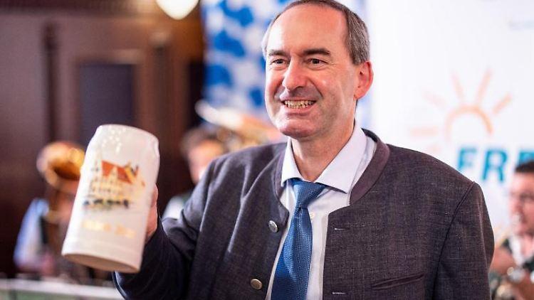 Hubert Aiwanger, Wirtschaftsminister und Landesvorsitzender der Freien Wähler in Bayern, hält beim Politischen Frühschoppen Gillamoos einen Maßkrug in der Hand. Foto: Matthias Balk/dpa