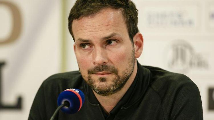 Kiels Sportlicher Leiter, Viktor Szilagyi, sitzt vor einem Mikrofon. Foto: Frank Molter/dpa/Archivbild