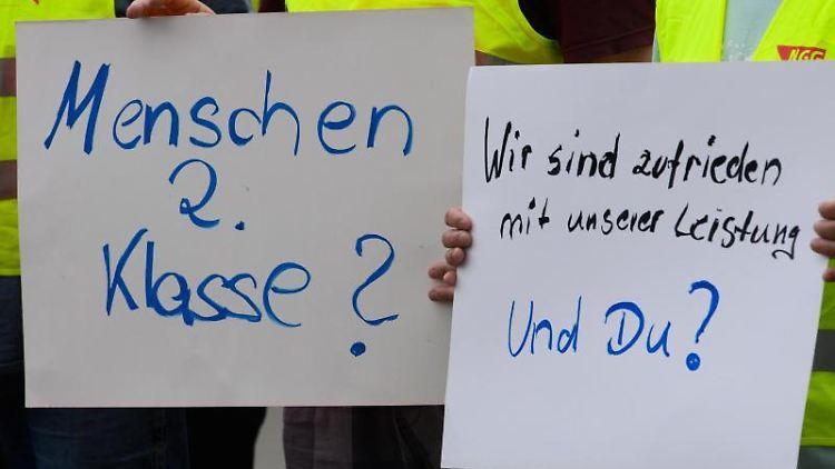 Mitarbeiter der Teigwaren Riesa GmbH streiken. Foto: Robert Michael/dpa-Zentralbild/dpa/Archiv