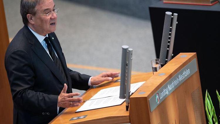 Armin Laschet (CDU) spricht während einer Gedenkstunde für die Opfer der Hochwasserkatastrophe im Landtag. Foto: Marius Becker/dpa