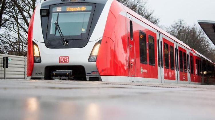 Eine S-Bahn des Herstellers Bombardier der Baureihe ET 490 steht im Bahnhof Bergedorf. Foto: Daniel Bockwoldt/dpa/Archivbild
