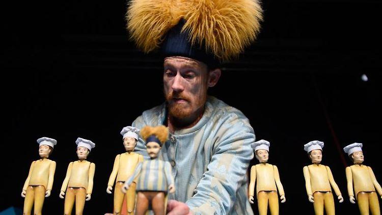 Lennart Morgenstern als König Kolossal spielt im Puppentheater Magdeburg eine Szene aus dem Stück