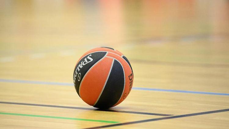 Ein Ball liegt auf einem Basketball-Spielfeld. Foto: Soeren Stache/dpa-Zentralbild/dpa/Symbolbild