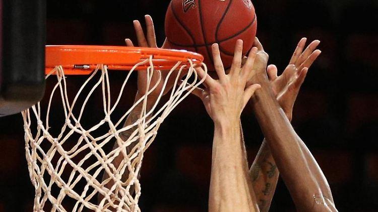 Spieler zweier Basketballmannschaften im Kampf um den Ball. Foto: Adam Pretty/Getty Images Europe/Pool/dpa/Symbolbild