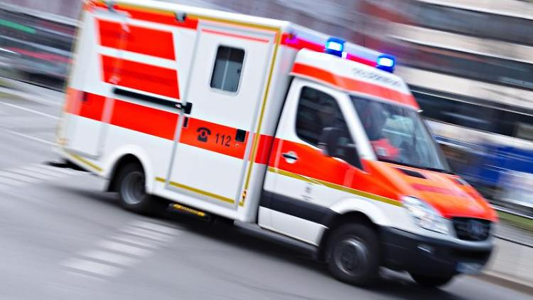 Ein Rettungswagen ist mit eingeschaltetem Blaulicht imEinsatz. Foto: Nicolas Armer/dpa/Symbolbild