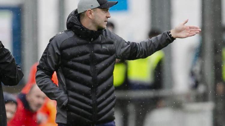 Kiels Trainer Ole Werner gestikuliert. Foto: Frank Molter/dpa