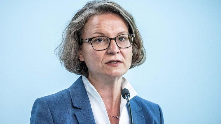 Ina Scharrenbach (CDU), Nordrhein-Westfalens Ministerin für Heimat, Kommunales, Bau und Gleichstellung. Foto: Michael Kappeler/dpa/Archivbild