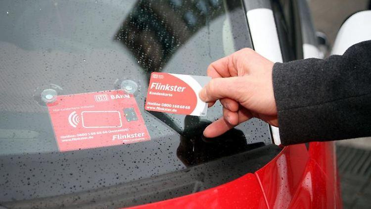 Mit Chipkarten wie dieser können Carsharing-Kunden die gemieteten Autos öffnen - und sofort losfahren. (Bild: DBAG/Petsch/dpa/tmn)