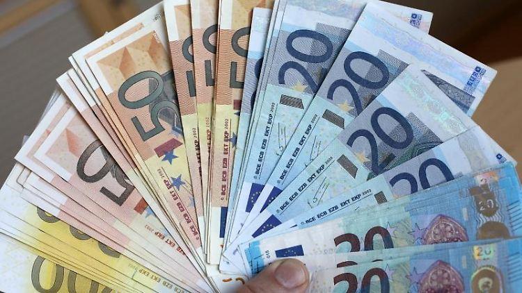Sichergestelltes Falschgeld wird bei einem Pressetermin in einer Bundesbank-Filiale präsentiert. Foto: Bernd Wüstneck/zb/dpa