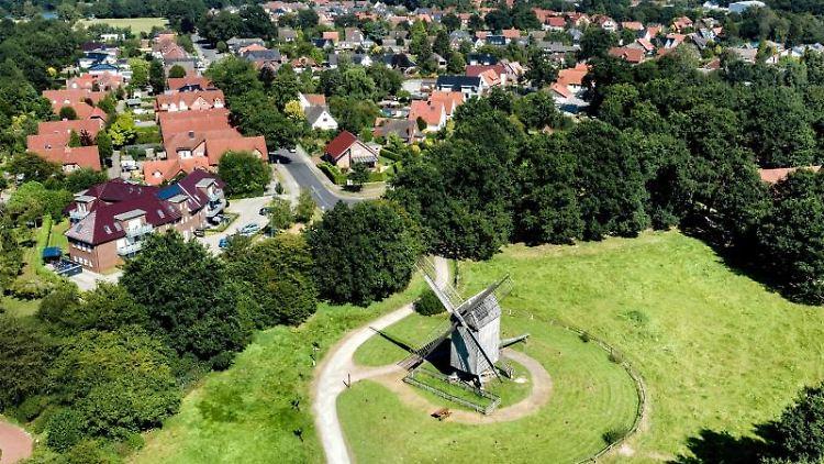 Eine historische Bockwindmühle steht auf einer Wiese im Museumsdorf Cloppenburg. Foto: Hauke-Christian Dittrich/dpa/Archivbild