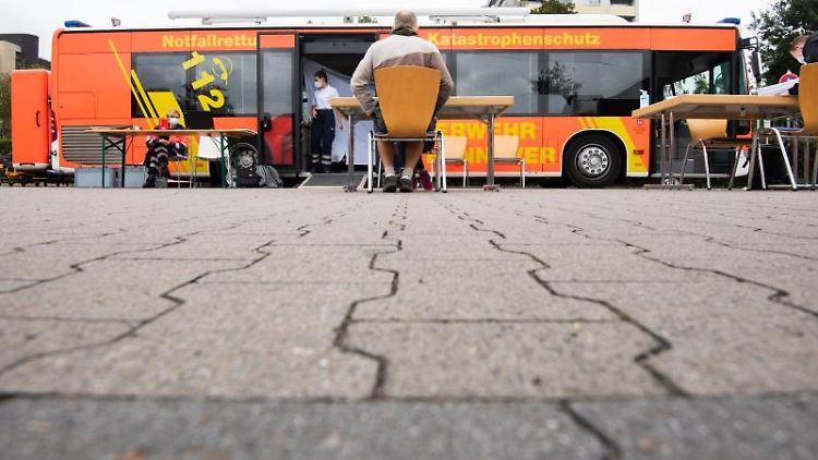 Ein mobiler Impfbus steht auf einem Supermarktparkplatz in der Region Hannover. Foto: Julian Stratenschulte/dpa