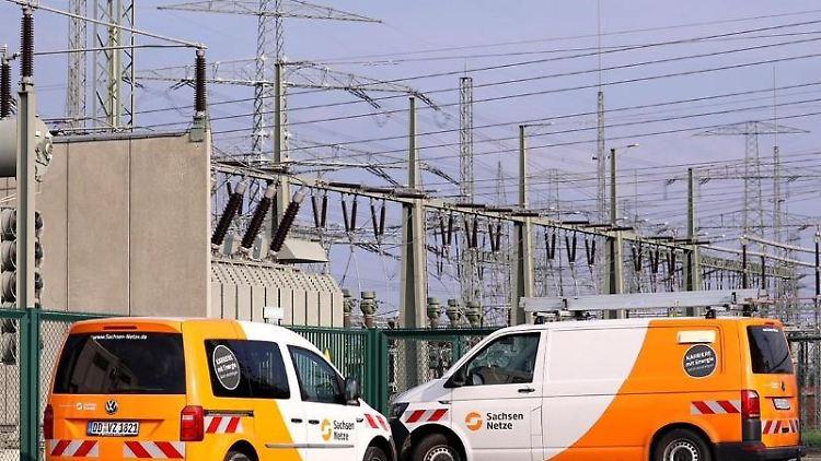 Zwei Wagen der Sachsen Netze stehen vor dem Umspannwerk Dresden-Süd. Foto: Tino Plunert/dpa-Zentralbild/dpa