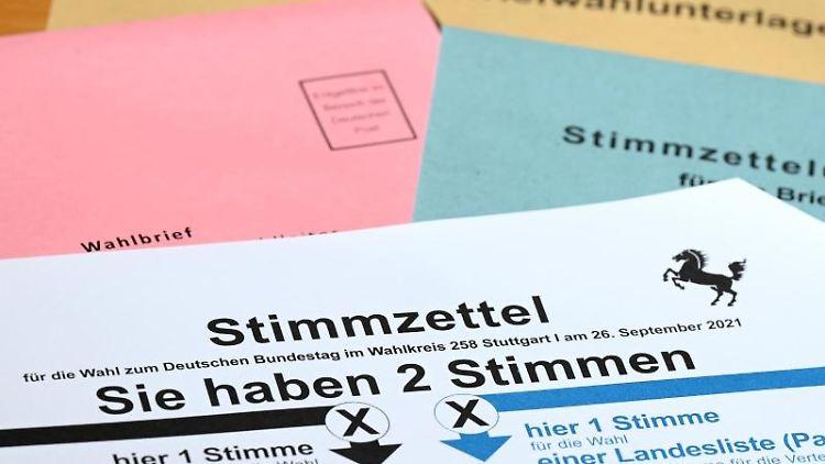 Ein Stimmzettel für die Briefwahl zur Bundestagswahl liegt auf einem Tisch. Foto: Bernd Weißbrod/dpa