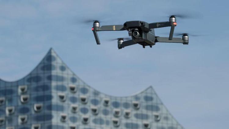 Eine Drohne, die mit einer Foto/Videokamera ausgestattet ist, schwebt in Hamburg. Foto: picture alliance / Axel Heimken/dpa