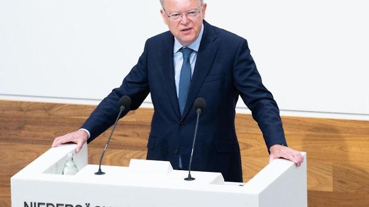 Ministerpräsident Stephan Weil (SPD) hält eine Regierungserklärung im niedersächsischen Landtag. Foto: Julian Stratenschulte/dpa