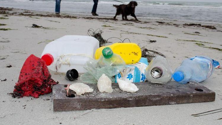Am Ostseestrand liegt am Strand gesammelter Müll. Foto: Stefan Sauer/dpa-Zentralbild/dpa/Archivbild