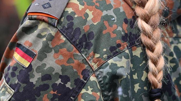 Eine Soldatin trägt eine Uniform der Bundeswehr. Foto: Patrick Pleul/dpa-Zentralbild/ZB/Symbolbild