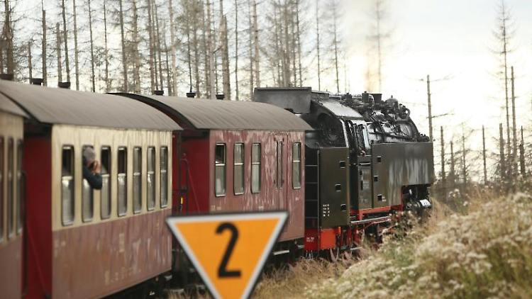 Ein Zug der Harzer Schmalspurbahn HSB fährt zum Brocken. Foto: Matthias Bein/dpa-Zentralbild/dpa/Archivbild