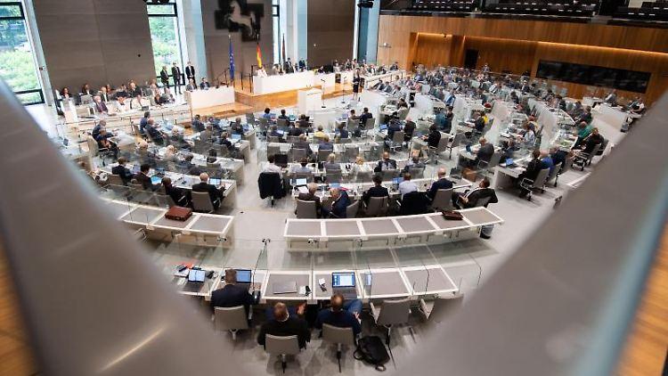 Die Abgeordneten sitzen im niedersächsischen Landtag. Foto: Julian Stratenschulte/dpa/Archivbild