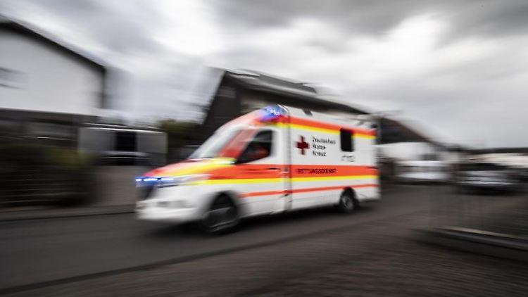 Ein Rettungswagen fährt über die Straße. Foto: Boris Roessler/dpa/Symbolbild