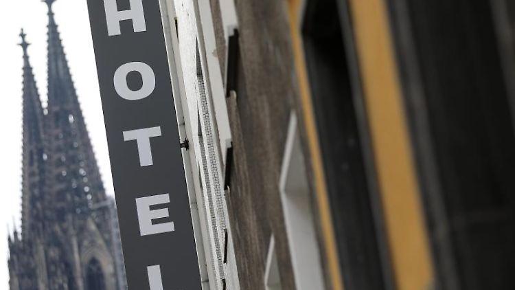 Ein Schild hängt unweit vom Kölner Dom vor einem Hotel. Foto: Oliver Berg/dpa/Archivbild