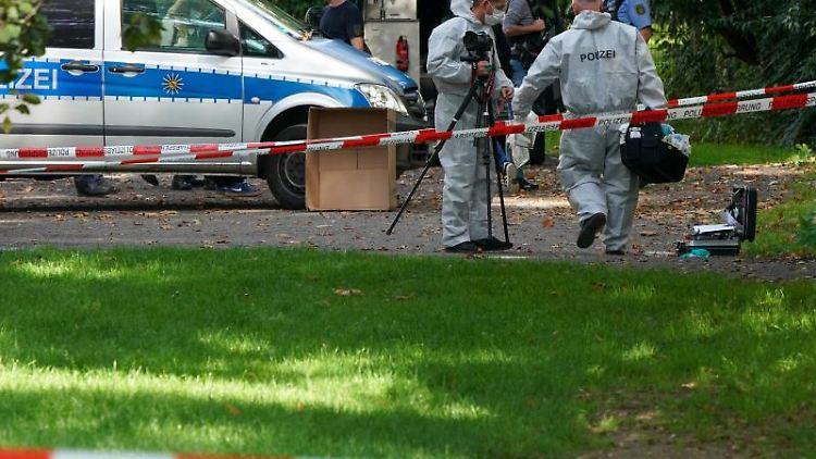 Polizisten sichern einen Bereich am Elstermühlgraben nahe einer Schule in Leipzig. Foto: Peter Endig/dpa-Zentralbild/dpa