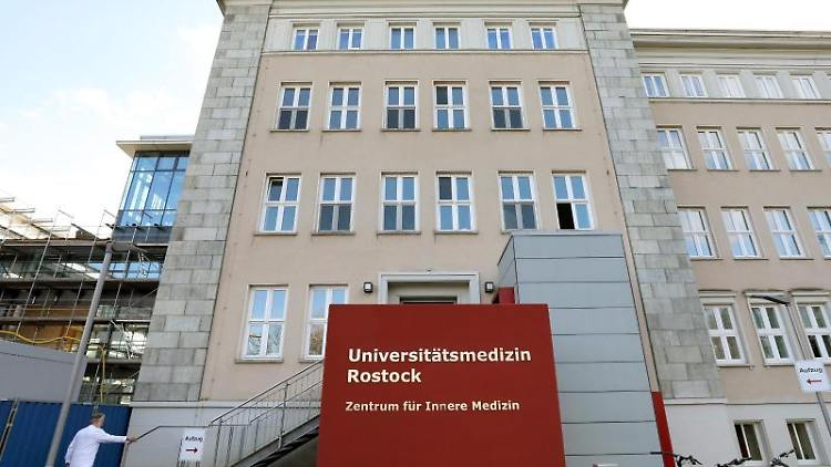 Der Eingang zur Universitätsmedizin Rostock. Foto: Bernd Wüstneck/dpa-Zentralbild/dpa/Archivbild