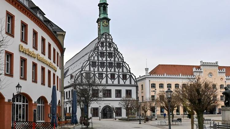 Die spätgotische Giebelfassade des Gewandhauses (M) prägt des Bild im Zentrum der Stadt. Foto: Hendrik Schmidt/dpa-Zentralbild/dpa/Symbolbild