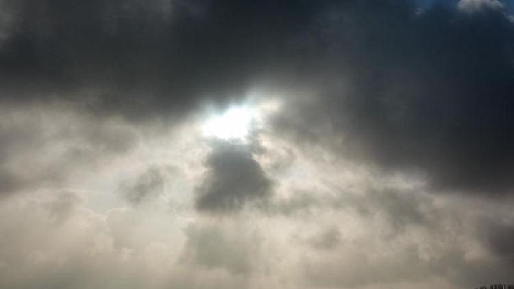 Die Sonne kommt nur kurzzeitig hinter einer dunklen Wolkendecke hervor. Foto: Jens Kalaene/dpa-Zentralbild/ZB/Symbolbild