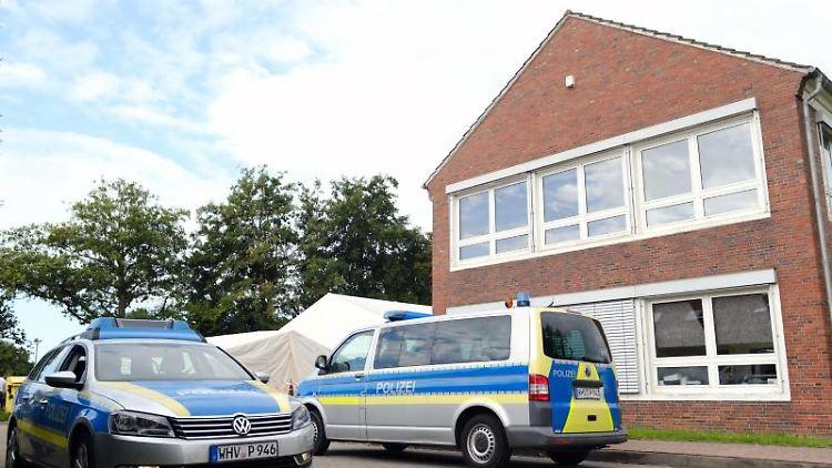 Polizeiwagen stehen vor dem Impfzentrum Friesland, weil Beamte dort im August im Zusammenhang mit dem Impfskandal mehrere Gebäude durchsucht haben. Foto: Markus Hibbeler/dpa/Archivbild