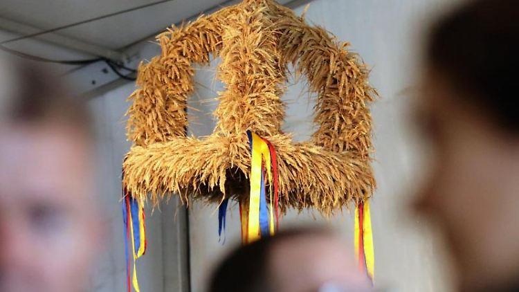 Auf der MeLa hängt eine Erntekrone. Foto: Bernd Wüstneck/dpa-Zentralbild/dpa/Archivbild