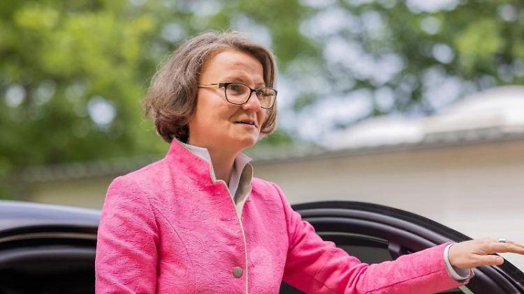 Ina Scharrenbach (CDU) steigt aus einem Auto. Foto: Rolf Vennenbernd/dpa/Archivbild