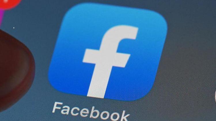 Auf dem Bildschirm eines Smartphones ist die Facebook-App zu sehen. Foto: Uli Deck/dpa/Symbolbild