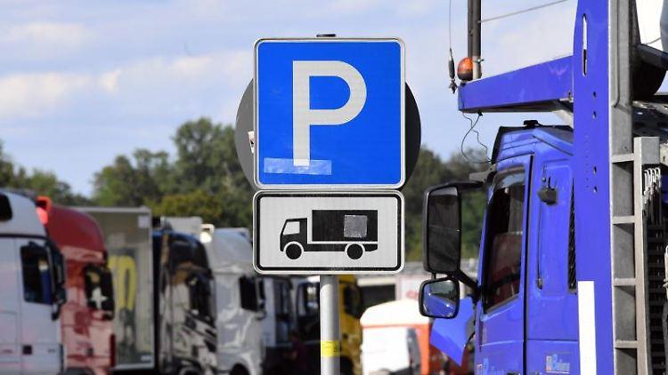 Lastwagen stehen an der Autobahn auf einem Rastplatz auf Lkw Parkplätzen. Foto: Uli Deck/dpa/Symbolbild