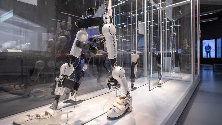 Das Exoskelett HAL-ML05 von Cyberdine steht in einer Vitrine in den Ausstellungsräumen. Foto: Daniel Karmann/dpa/archivbild