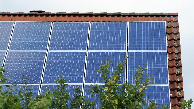 Ein Dach ist mit Photovoltaik-Modulen bestückt. Foto: Caroline Seidel/dpa/Symbolbild