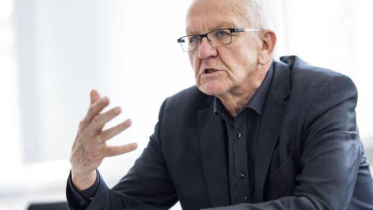 Baden-Württembergs Ministerpräsident Winfried Kretschmann gibt ein Interview. Foto: Tom Weller/dpa/archivbild