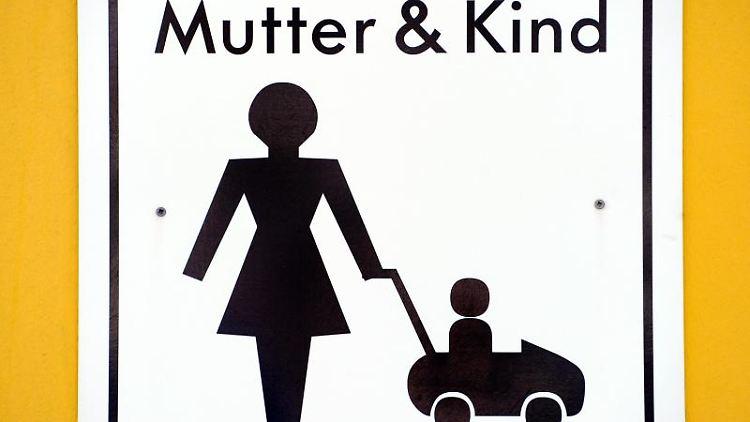 Ein mit einem Symbol markierter Parkplatz für Mütter mit kleinen Kindern. Foto: picture alliance / dpa/Symbolbild
