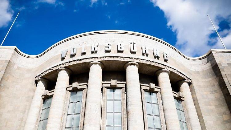 Die Volksbühne Berlin ist unter blauem Himmel zu sehen. Foto: Christoph Soeder/dpa/Archivbild