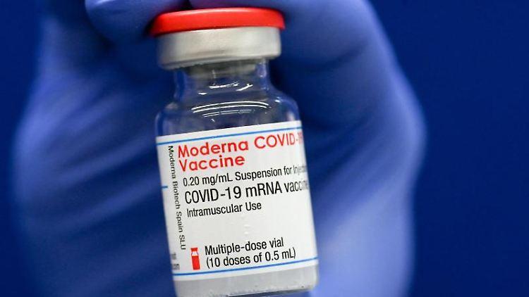 Eine Ampulle mit Covid-19-Impfstoff von Moderna. Foto: Hendrik Schmidt/dpa-Zentralbild/Symbolbild