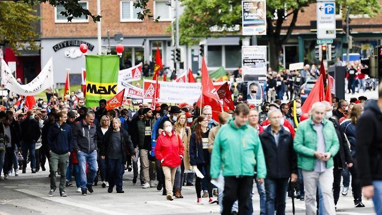 Teilnehmer einer Demonstration gehen durch die Kieler Innenstadt. Foto: Frank Molter/dpa