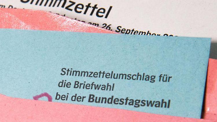 Ein Stimmzettelumschlag für die Briefwahl zur Bundestagswahl liegt auf einem Tisch. Foto: Julian Stratenschulte/dpa/Illustration