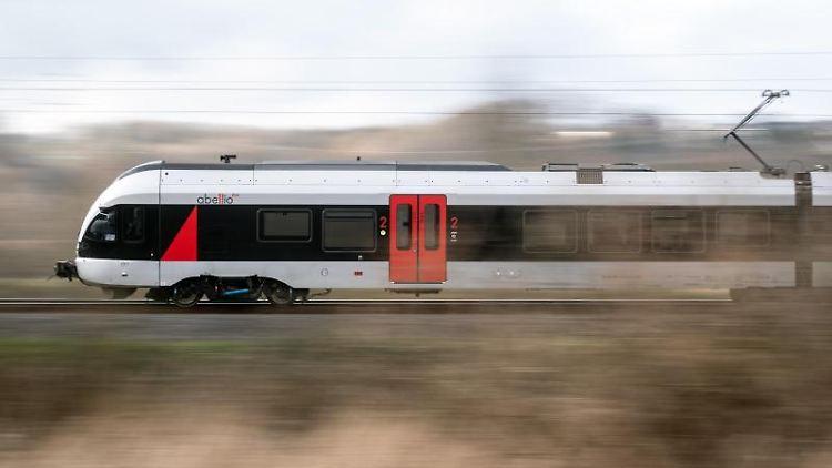 Ein Zug des Anbieters Abellio fährt auf einem Gleis. Foto: Bernd Thissen/dpa/Archivbild