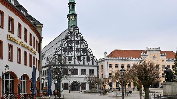 Die spätgotische Giebelfassade des Gewandhauses (M) prägt des Bild im Zentrum der Stadt. Foto: Hendrik Schmidt/dpa-Zentralbild/dpa