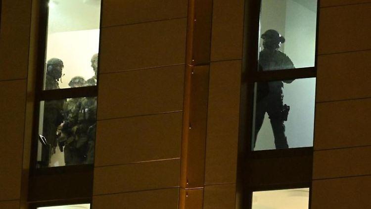 Spezialkräfte der Polizei sind im Einsatz in einem Düsseldorfer Hotel. Foto: Henning Kaiser/dpa
