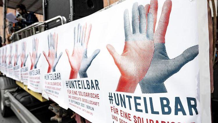 Plakate der Demonstration des Bündnisses Unteilbar. Foto: Fabian Sommer/dpa/Archivbild