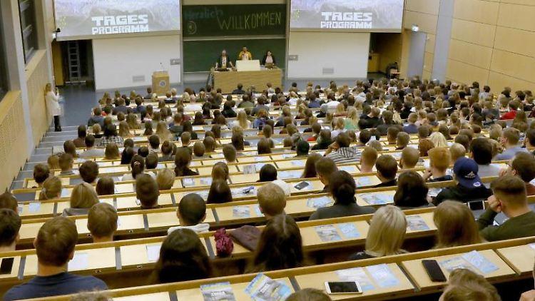 Studierende sitzen in einem Hörsaal. Foto: Bernd Wüstneck/dpa-Zentralbild/dpa/Symbolbild