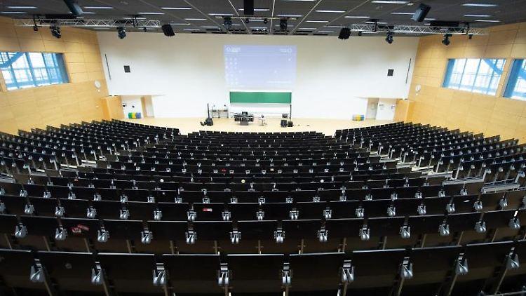 Ein leerer Hörsaal der Universität Dresden. Foto: Sebastian Kahnert/dpa-Zentralbild/dpa/Archivbild